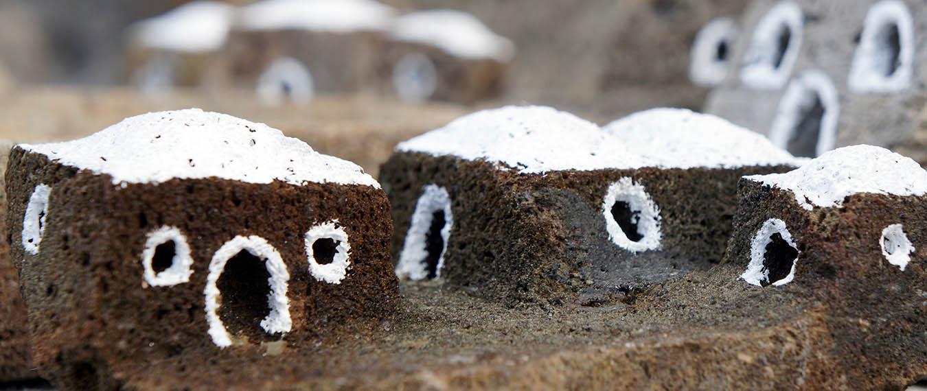 domki zrobione ze skały wulkanicznej