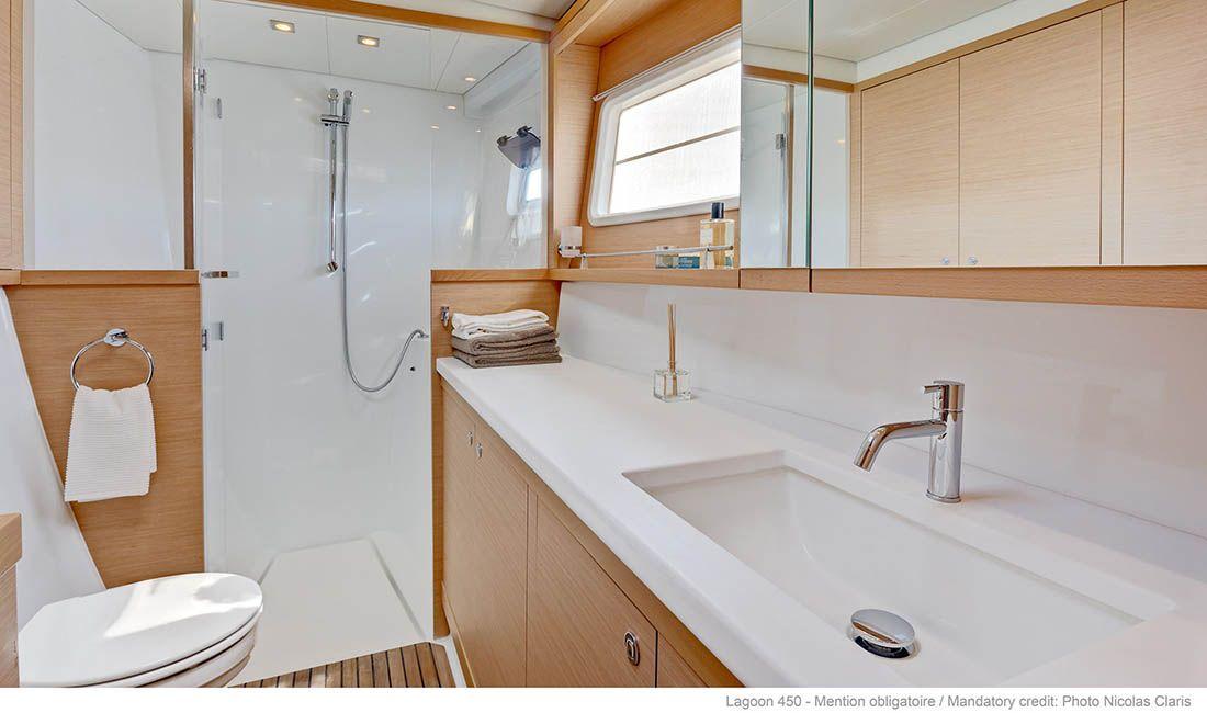 Lagoon 450 - łazienka