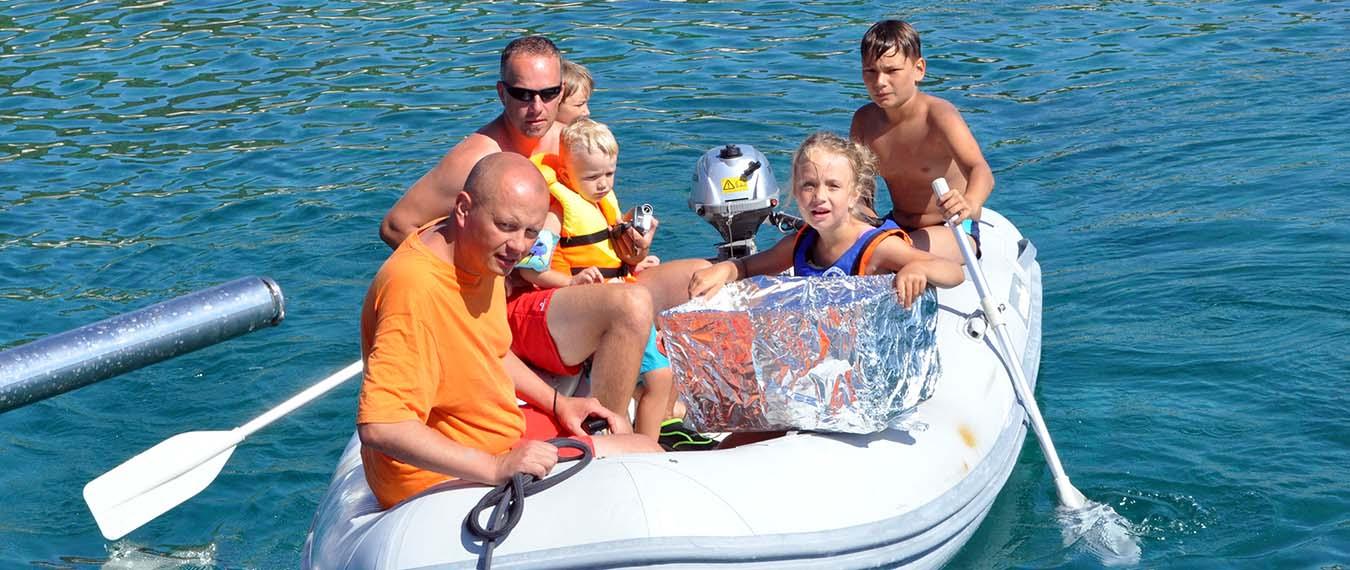 Załoga na pontonie wraca na katamaran podczas reju rodzinnego w Chorwacji