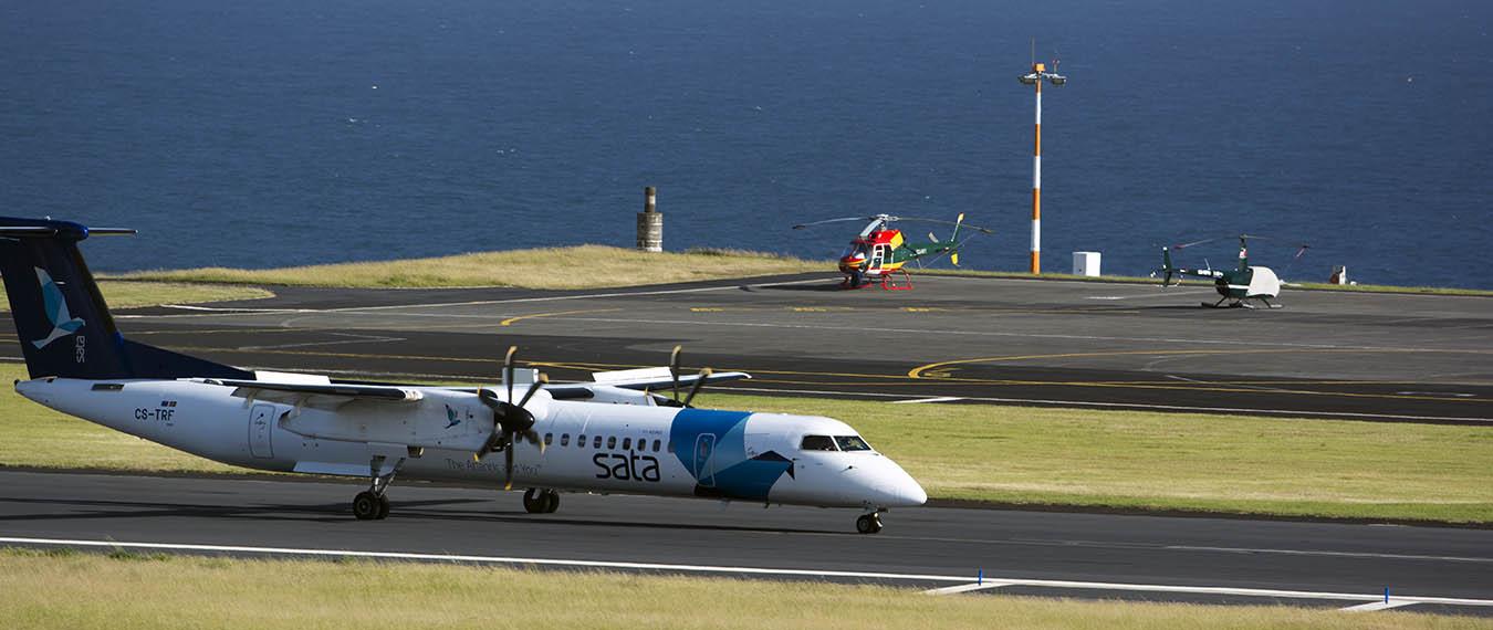 samolot linii Sata lądujący na Azorach